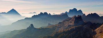 Landschap, bergen, panorama in de Alpen bij zonsopkomst met mist en ochtend nevel, Italië van