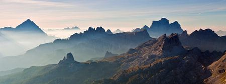 Landschaft, Berge, Panorama in den Alpen bei Sonnenaufgang mit Nebel und Morgennebel, Italien von Frank Peters