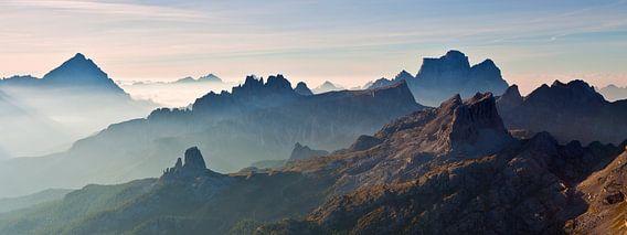 Landschap, bergen, panorama in de Alpen bij zonsopkomst met mist en ochtend nevel, Italië