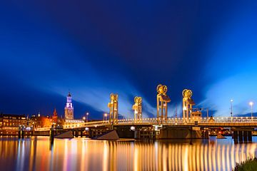 Vue de soirée sur la passerelle de ville et horizon dans Kampen, Pays Bas sur Sjoerd van der Wal