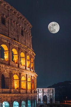 Een deel van het Colosseum in Rome in de avond met volle maan van Jan Wehnert