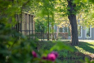 Bij gebouw bij Kasteel Bouvigne Breda van Kuifje-fotografie