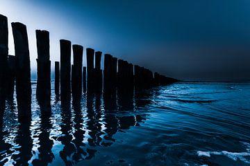 zonsondergang op het strand in Domburg (blauw) van Marjolijn van den Berg