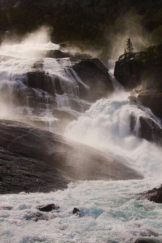 Door zon verlichte waterval in Noorwegen