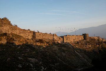 Muur in Gjirokaster, Albanië van Ellis Peeters