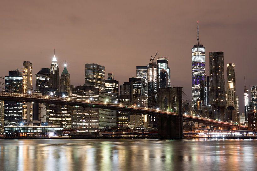 Pebble Beach, Lower Manhattan met One World Trade Center & Brooklyn Bridge. van Bert Buijsrogge