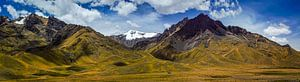 Zeer breed panorama van het Andesgebergte in Peru
