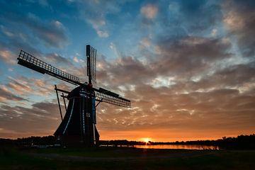 molen De Helper bij zonsondergang van Fred van Bergeijk