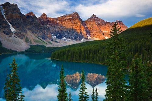 Sunrise at Moraine Lake, Canada van Henk Meijer Photography