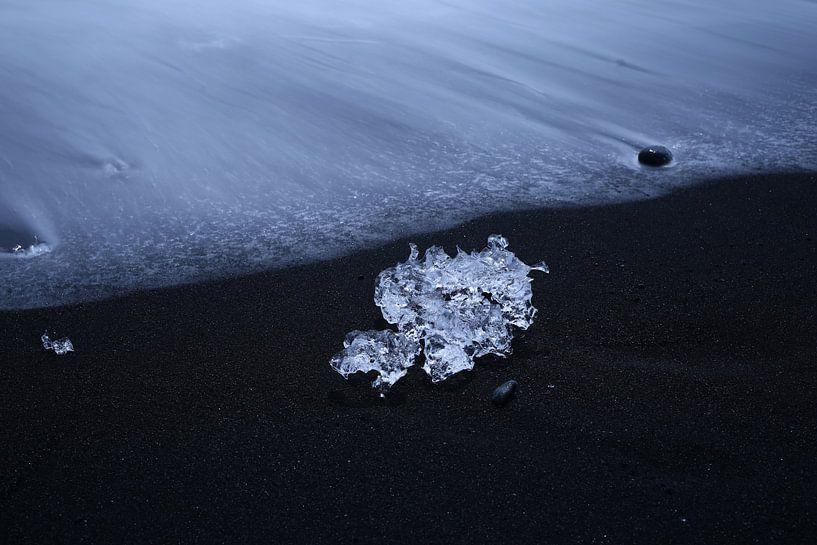 Ijsschots op lavastrand, IJsland van Pep Dekker