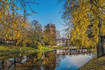 De stadsgracht van Leeuwarden en de Oldehove in herfstkleur van Harrie Muis