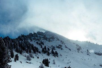Wolkenpartij over bergtop sur Edzard Boonen