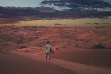 Nur in der Sahara in Marokko bei Sonnenuntergang von Danny Vermeulen