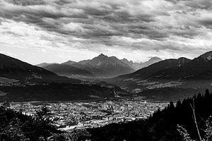 Innsbruck stad in zwart wit. Sterke contrast in de lucht