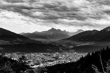 Innsbruck stad in zwart wit. Sterke contrast in de lucht van Hidde Hageman