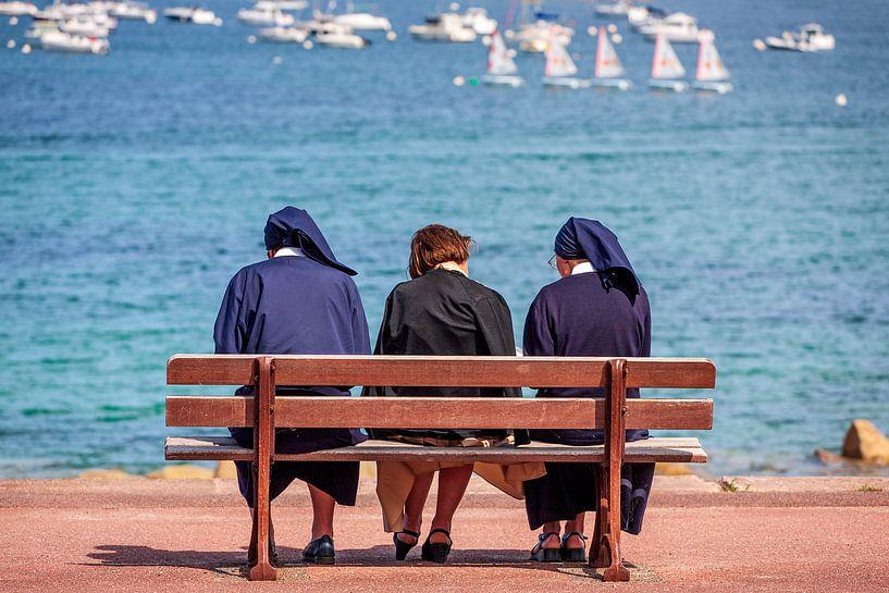 Drie nonnen aan de haven van Port-Blanc van Evert Jan Luchies