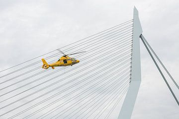 Die Erasmusbrücke in Rotterdam mit SAR-Hubschrauber von MS Fotografie | Marc van der Stelt