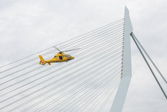 De Erasmusbrug met SAR helikopter in Rotterdam