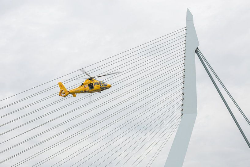 De Erasmusbrug met SAR helikopter in Rotterdam van MS Fotografie | Marc van der Stelt