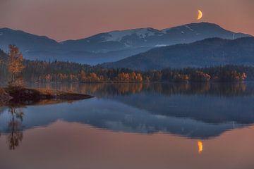 Der Mond und die Berge von Marc Hollenberg