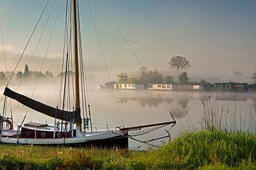 Hausboote auf der Vecht im Morgennebel von Frans Lemmens