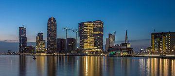 La ligne d'horizon de Rotterdam en tête d'affiche au coucher du soleil couchant sur le sud sur Maurits van Hout