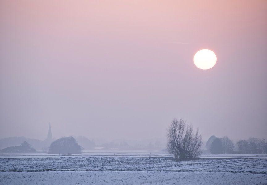 Winters landschap met ondergang zon