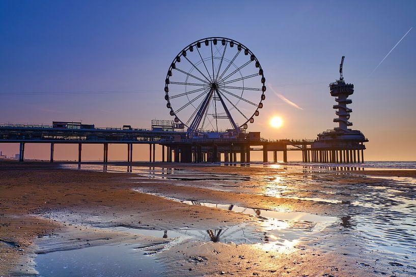 Scheveningse pier bij zonsondergang  van Bastiaan Vogel