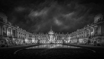 Noir et blanc : de sombres nuages d'orage au-dessus de Summerset House - Londres sur Rene Siebring
