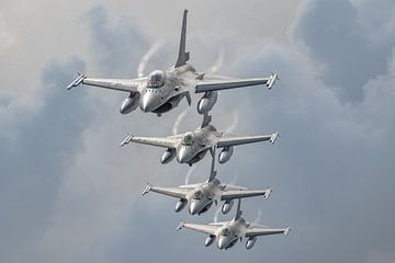 Formatie van 4 F-16's van de Belgische Luchtmacht afkomstig van de Vliegbasis Kleine Brogel. Dit zij van Jaap van den Berg