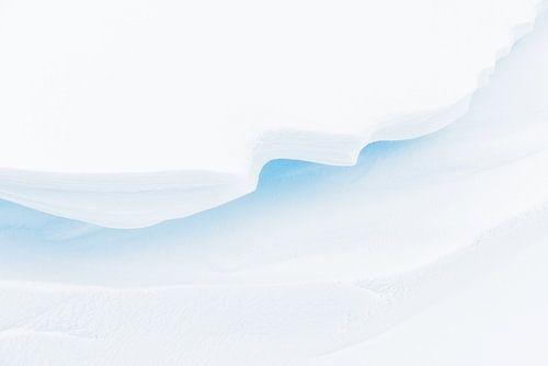Minimalistische en abstracte structuren en details in de sneeuw veroorzaakt door sneeuwduinen met li