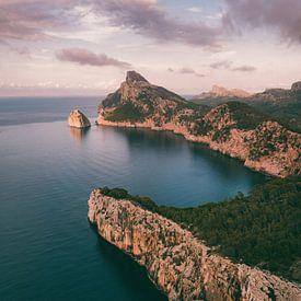 Rotsen en ruige kustlijn van Mallorca met roze bewolking van Michiel Dros