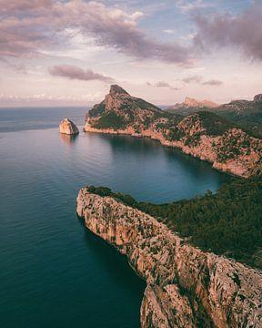 Felsen und zerklüftete Küstenlinie Mallorcas mit rosa Wolken von Michiel Dros