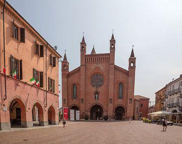 Église sur une place du centre d'Alba, Piémont, Italie sur Joost Adriaanse