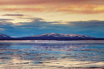 Zonsondergang over een bevroren meer in Zweden van