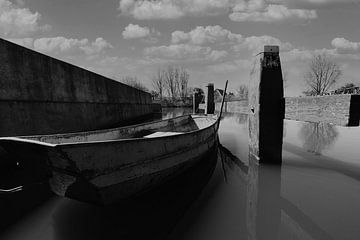 Nostalgische Schleuse mit eisernem Ruderboot von Roel Bergsma