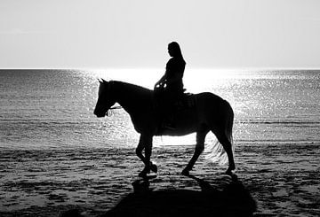 meisje te paard aan het strand von Compuinfoto .