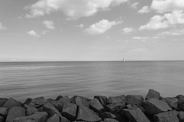 Varend Zeilbootje Op Zee van Melvin Fotografie