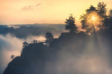 Straal van hoop in de zee van mist (Bastei) van Dirk Wiemer