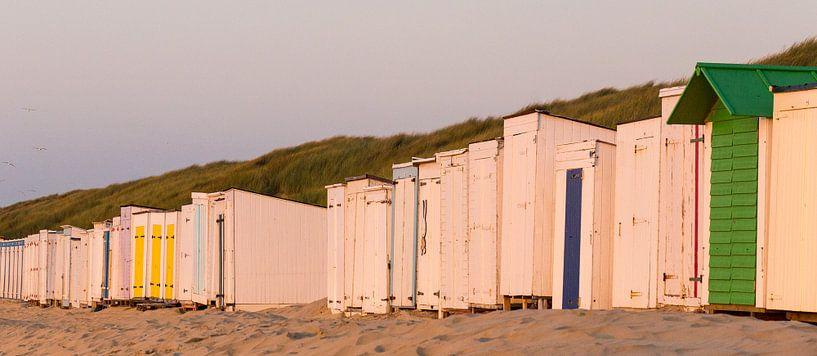 Gesloten strandcabine bij zonsondergang aan het strand van Oostkapelle, Zeeland, Holland, Nederland. van Ad Huijben