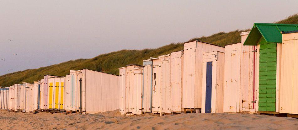 Gesloten strandcabine bij zonsondergang aan het strand van Oostkapelle, Zeeland, Holland, Nederland.