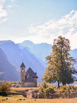 Stenen kerkje in Theth Albanie van Romy Oomen