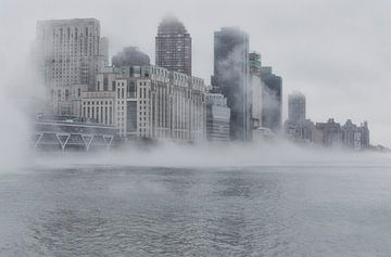 Mistige East River (New York City) van Marcel Kerdijk