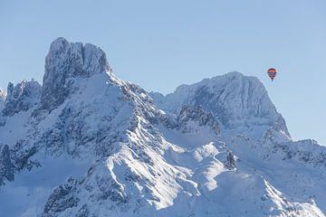 """Berglandschaft """"Winter und einen Heißluftballon"""" von Coen Weesjes"""