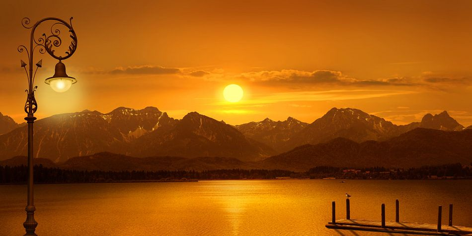 Het meer in het avondlicht