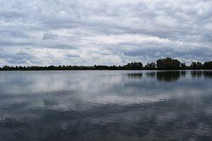 Spiegelung von Wolken im Wasser;
