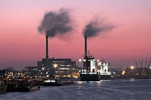 De haven van Rotterdam in Nederland bij zonsondergang