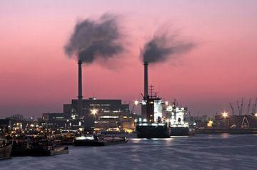 De haven van Rotterdam in Nederland bij zonsondergang sur Nisangha Masselink