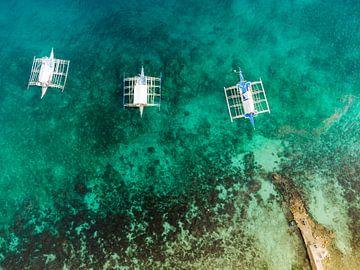 Boten voor anker bij de pier van Ubo Pakes