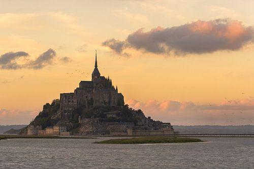 Mont St-Michel tijdens zonsondergang van